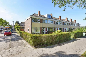 View house for rent in Hoogvliet Rotterdam Lidewijdestraat, € 825, 84m2 - 370615. Interested? check out this house and leave a message!