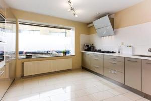 Bekijk woning te huur in Den Haag Oeverbiesstraat, € 2000, 173m2 - 374872. Geïnteresseerd? Bekijk dan deze woning en laat een bericht achter!