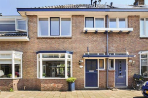 View house for rent in Haarlem Vosmaerstraat, € 1950, 119m2 - 366605. Interested? check out this house and leave a message!