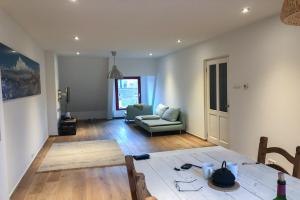 Bekijk appartement te huur in Amsterdam Hobbemakade, € 1900, 85m2 - 381167. Geïnteresseerd? Bekijk dan deze appartement en laat een bericht achter!