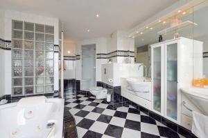 Bekijk woning te huur in Leidschendam Hooikamp, € 1850, 145m2 - 374654. Geïnteresseerd? Bekijk dan deze woning en laat een bericht achter!