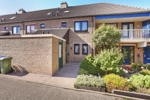 View house for rent in Hoogvliet Rotterdam Janswaal, € 900, 101m2 - 382731. Interested? check out this house and leave a message!